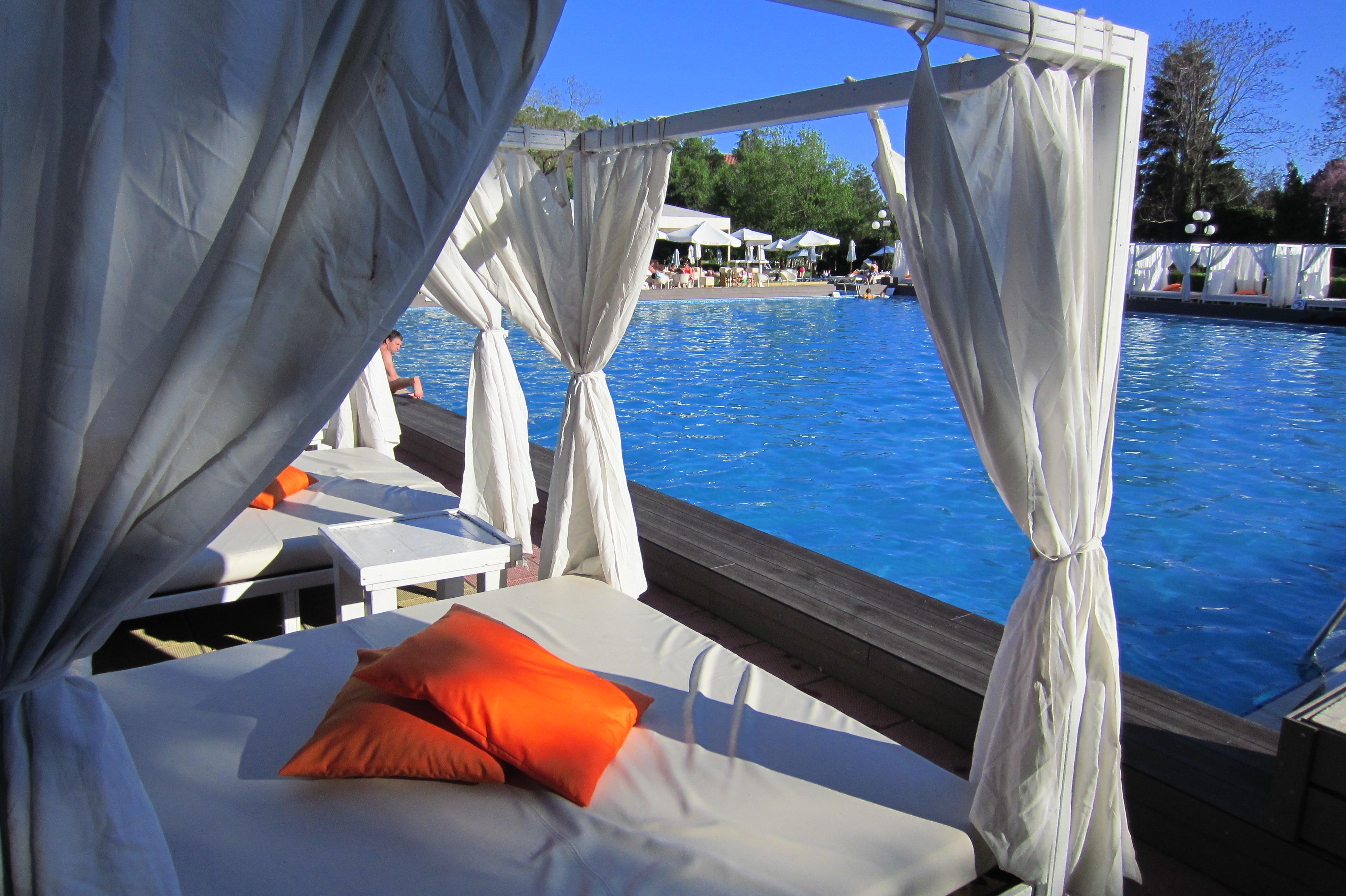 Mobila pentru bucataria piscine exterioare predeal for Cazare bran cu piscina